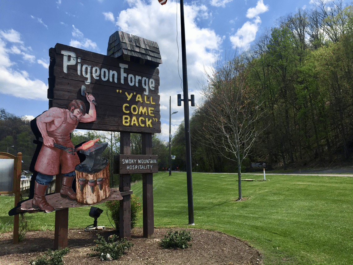 Pigeon Forge Y'all Come Back city sign.